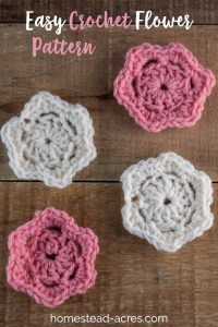 This easy crochet flower pattern works up so quick! It's a simple flower pattern that is perfect for decorating hats and headbands. Step by step photos and video tutorial. #Crochet #crochetflower
