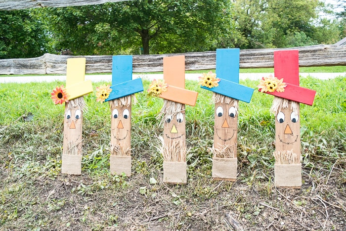 Super cute wooden scarecrow faces that looks so cute on your front porch in your garden.
